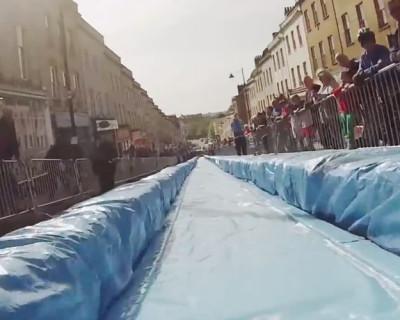 Per Wasserrutsche durch die City!